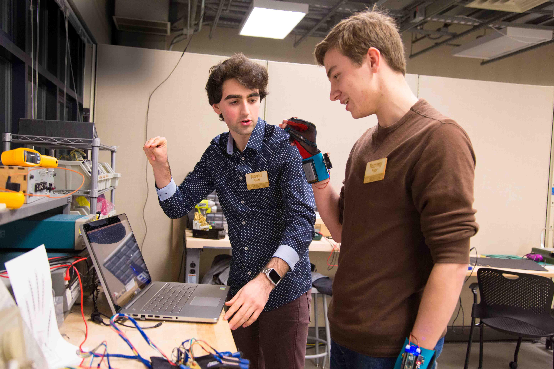 [Foto: Navid Azodi (kiri) dan Thomas Pryor (kanan) sedang menguji penemuan mereka | Washington.edu]