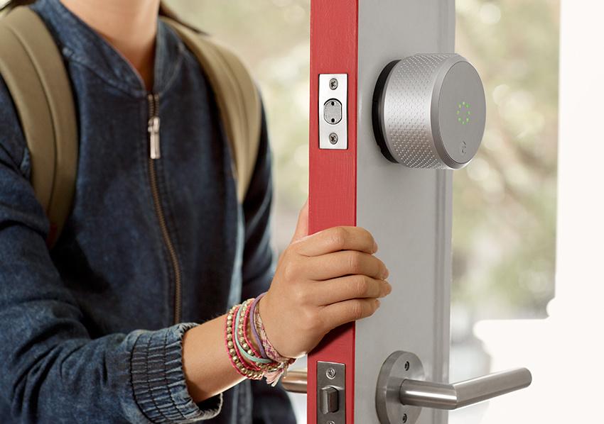 [Foto: Contoh penggunaan August Smart Lock pada pintu | August.com]