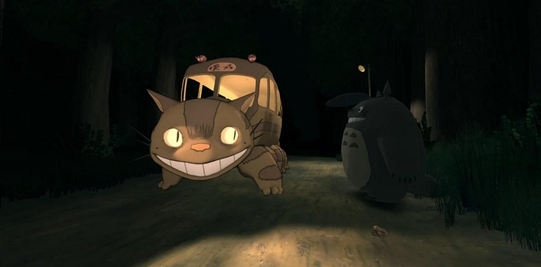 [Gambar: Totoro tengah bersiap menaiki Nekobasu dalam VR Ghibli | via roadtovr.com]