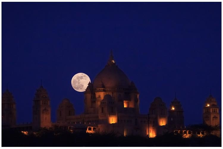 Supermoon melatar-belakangi Istana Umaid Bhavan di Jodhpur, India pada 23 Juni 2013 [Foto: Wikimedia.org]