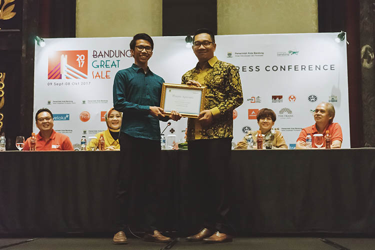 Busyra Oryza, PR Manager Traveloka berfoto bersama Ridwan Kamil, Wali Kota Bandung-TRaveloka Bandung Great Sale 2017