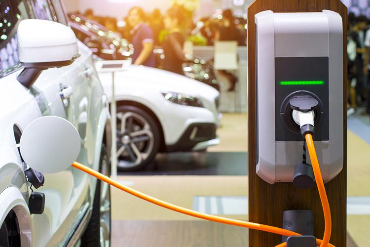 Mobil listrik yang tengah diisi ulang dayanya