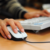 Langkah-Langkah untuk Membersihkan Mouse Komputer atau Tetikus Anda